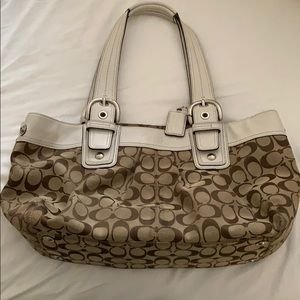 This is a beautiful purse,in a classic design!